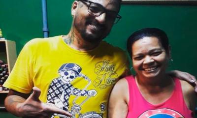 Aos 53 anos, dona de casa surpreende ao fazer tatuagem de pênis gigante